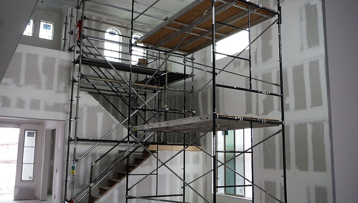 safe interior scaffolding uses guardrails