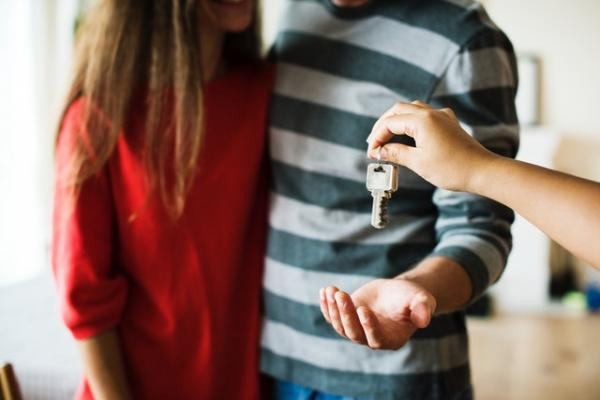 Keys_handed_over_to_couple