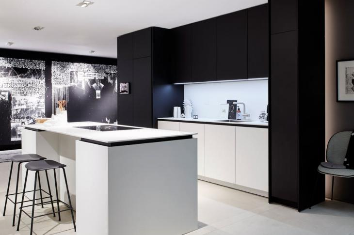 Inspired by 1960s futurism and designed to offer luxury at a variety of price points, German manufacturer Poggenpohl has refreshed its +Segmento cabinetry to appeal to younger buyers. The +Segmento Y collection plays with duality with its black and white matte surfaces, seeking to infuse the kitchen with balance and sartorial chic.